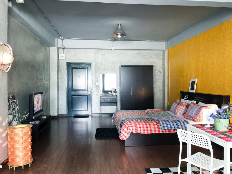 Spacious 40 sqm. private room with daylight high window | Bahttub | Super WIFI 100 mb |