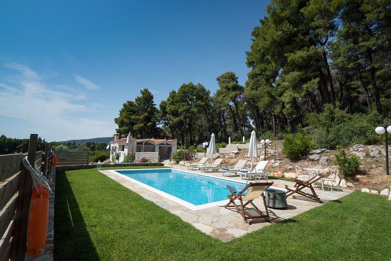 Villa PineTrees by Kardous, location de vacances à Sporades
