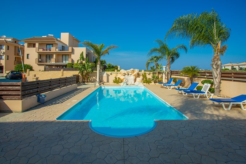 Blue adventure with swimming pool, holiday rental in Pervolia