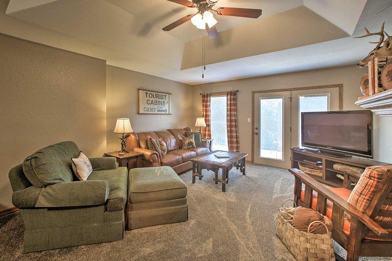 Branson Area Condo w/ Pool & Fishing Lake Access!, holiday rental in Galena