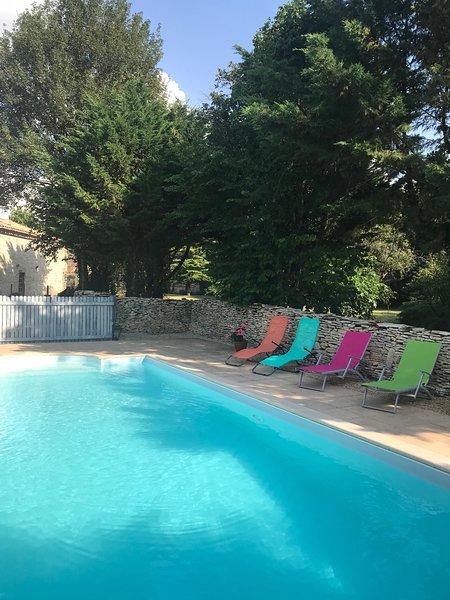Hermosa piscina privada climatizada (abierta de mayo a septiembre, de 10 a.m. a 6 p.m.)