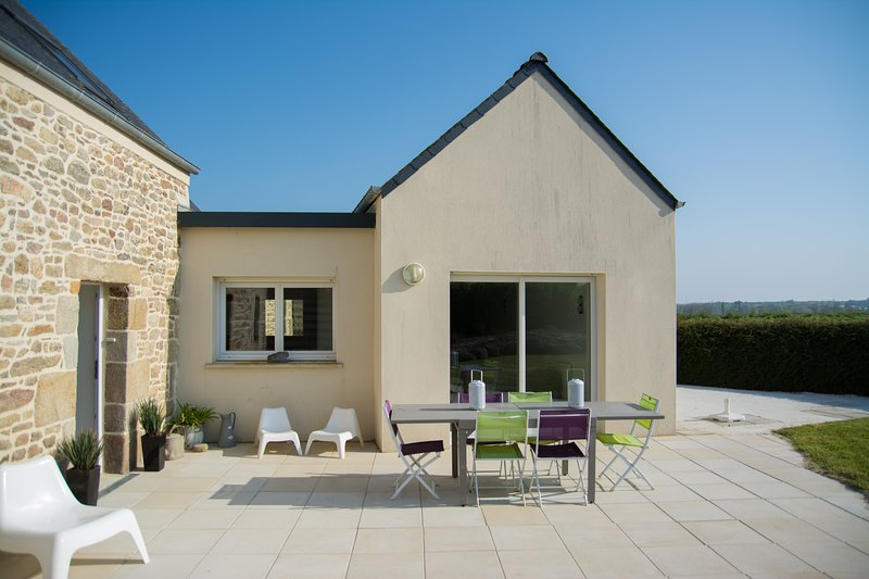 Big house with garden & terrace, holiday rental in Plougoulm