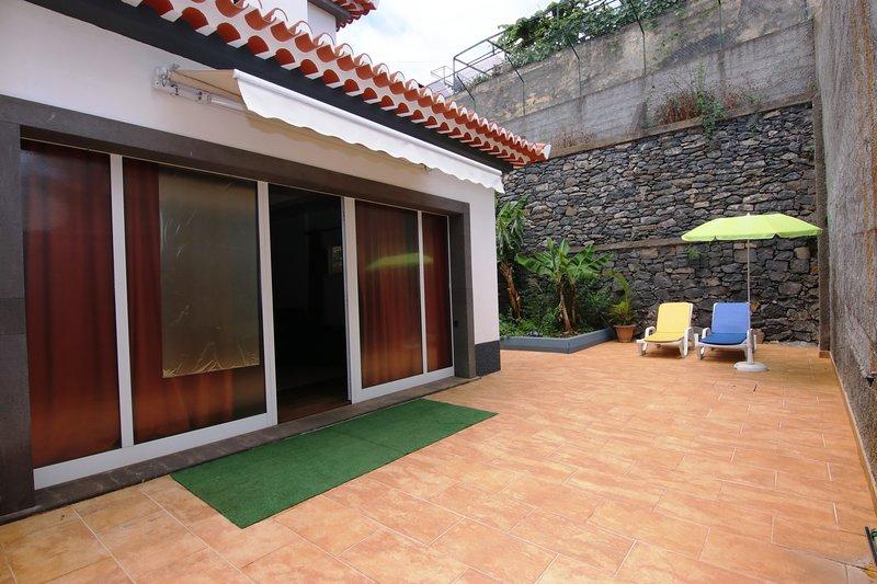 Apartamento Dragoeiro: entrada privada, con una sombrilla retráctil