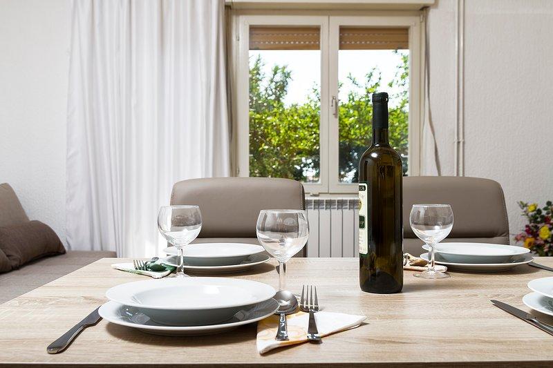 Spatious and cozy apartment with garden near Pula, casa vacanza a Marcana