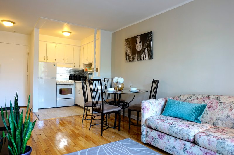 Comfy Chic apartment next to canal Lachine in Montreal!, vakantiewoning in Baie-D'Urfe