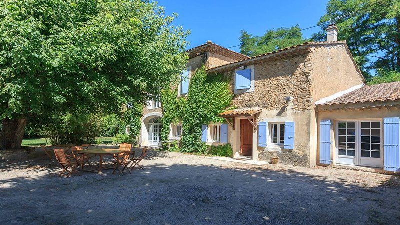 Mas de charme avec piscine au coeur de la Provence dans terrain clos de 3500 m2