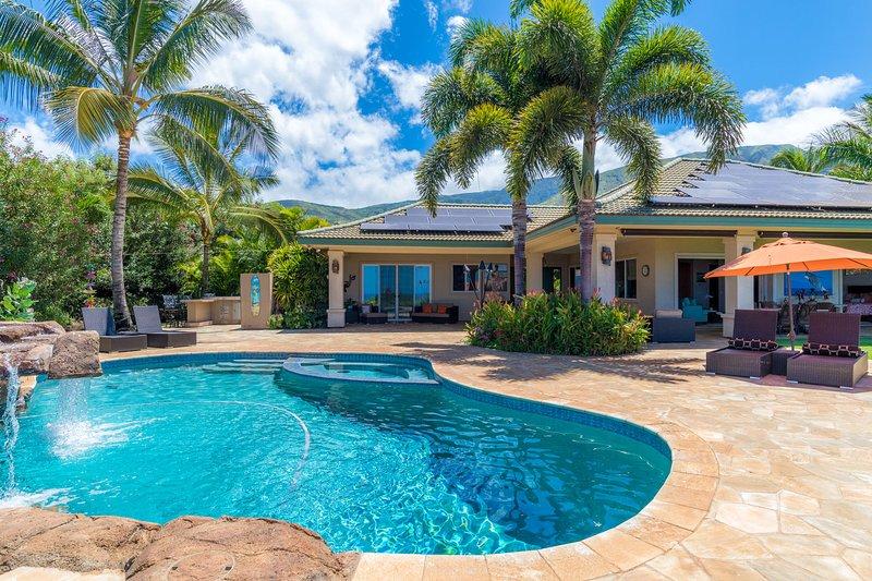 Lujosa propiedad con vistas panorámicas al mar, piscina privada, jacuzzi y cocina al aire libre. Los dormitorios se encuentran en la casa principal.