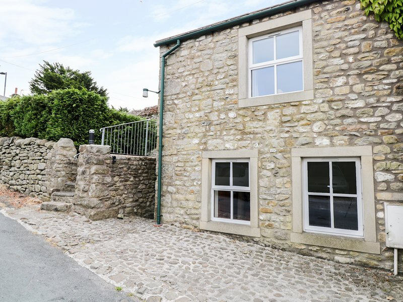 CARN COTTAGE, romantic, character holiday cottage, with open fire in Long, holiday rental in Hellifield