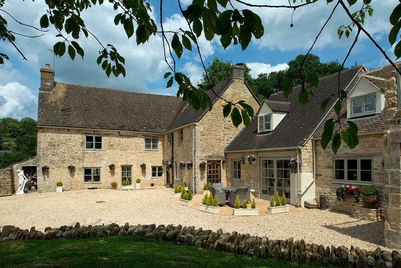 Sleeps 6 to 18* Courthouse Luxury Accommodation , France Lynch, The Cotswolds, vacation rental in Amberley