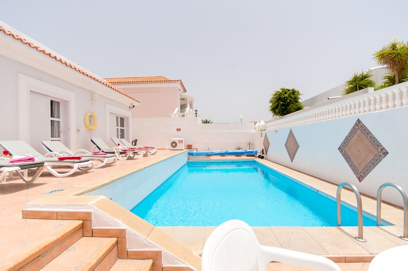 Villa Jasmin. Beautiful 4 bedroom villa. private heated pool. Callao Salvaje. – semesterbostad i Callao Salvaje