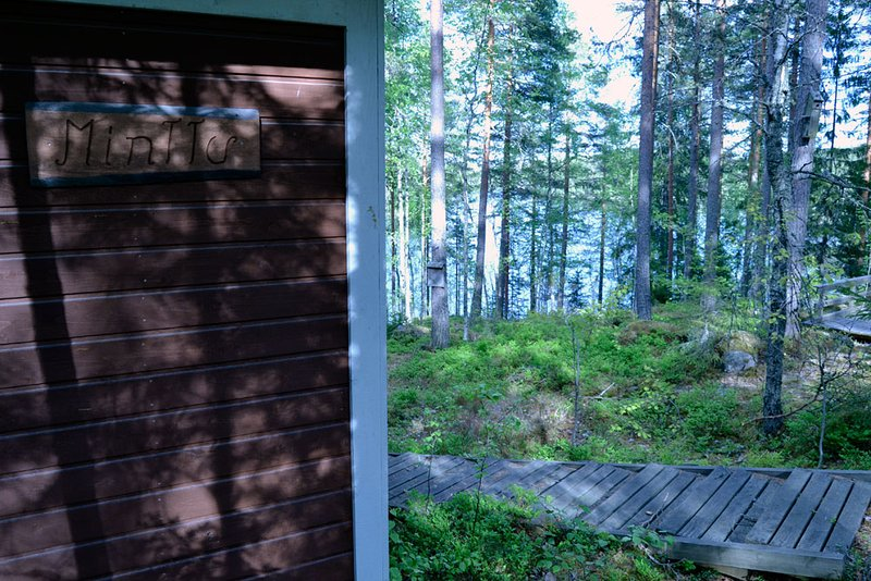 Silent, fantastic cottage by lake, private area, sauna and boat, location de vacances à Langelmaki