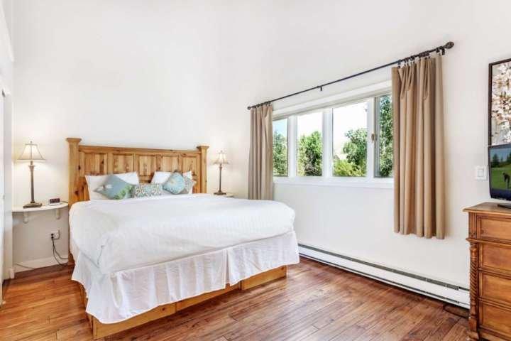 Entspannen Sie im Hauptschlafzimmer mit Kingsize-Bett, Flachbild-TV und eigenem Bad.