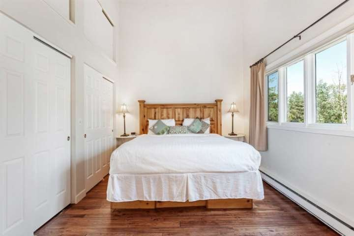 Master-Schlafzimmer mit Kingsize-Bett und viel Stauraum.