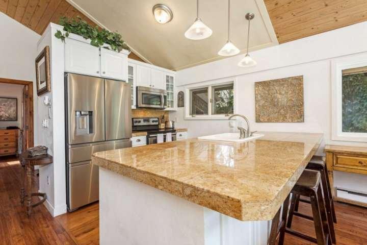 Erstellen Sie Ihre eigenen Mahlzeiten in der voll ausgestatteten Küche.
