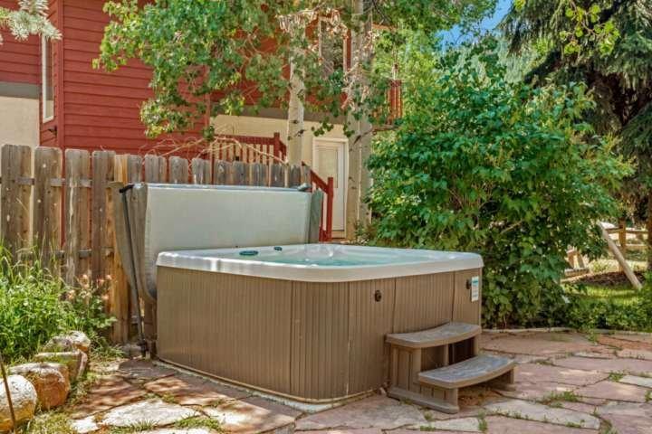 Entspannen Sie nach Ihren Abenteuern im privaten Whirlpool!