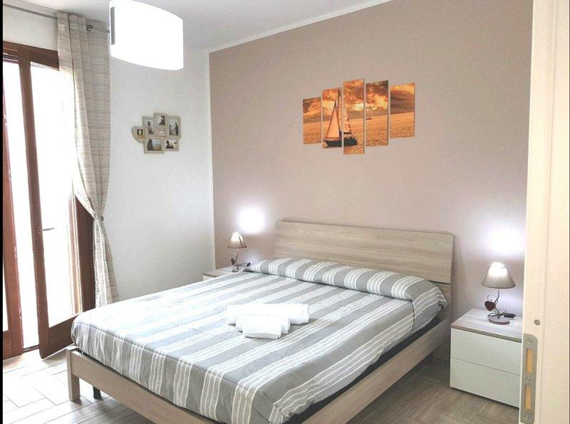 1 dormitorio + tv 1 dormitorio con 2 camas 1 cocina con sofá cama doble y tv 1 baño + ducha