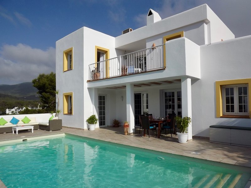 Villa with private heated pool, 5 min walk to the beach, holiday rental in Cala Carbo