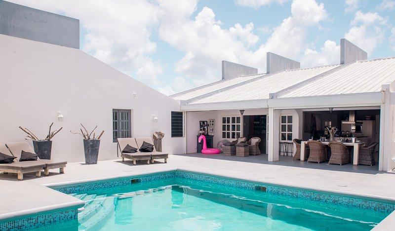 Villa Hakuna Matata Bonaire a un tiro de piedra del mar y la playa.