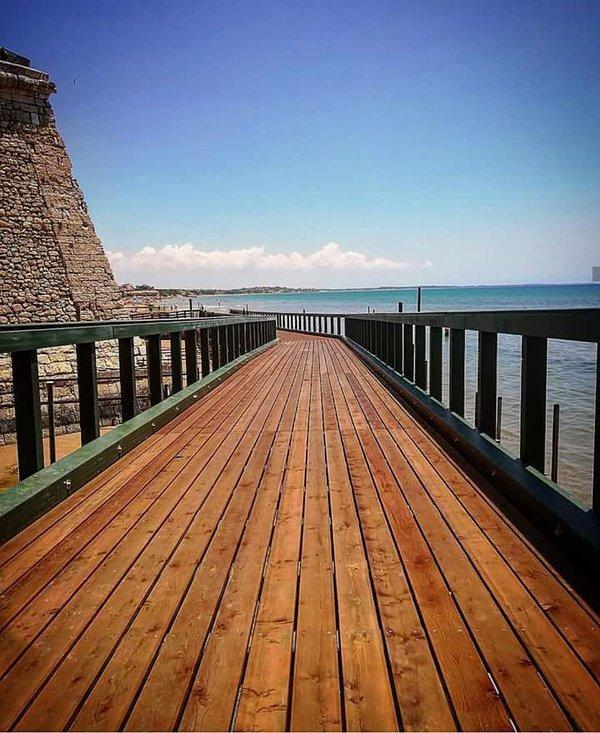 Passerella sotto la Torre Cabrera e che si affaccia sullo splendido mare