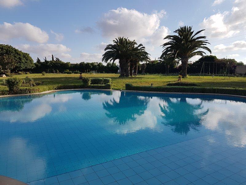 Spacious villa with shared pool, alquiler de vacaciones en Nouaceur