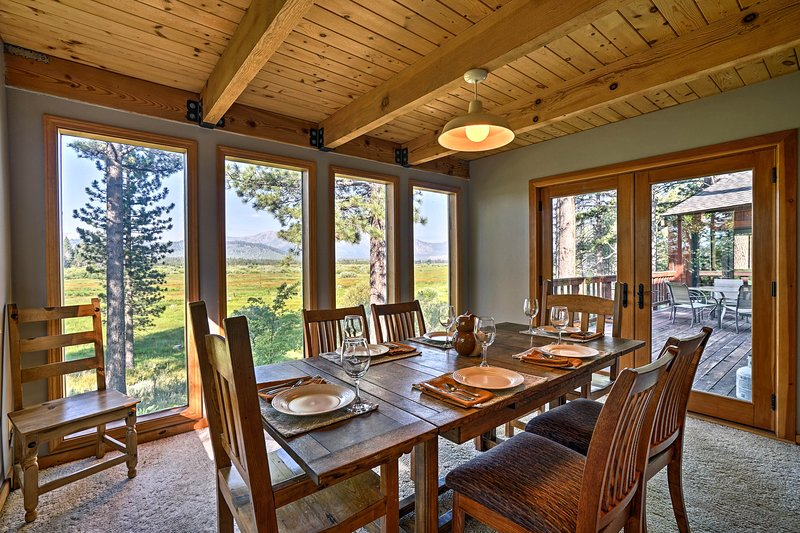 Floor-to-ceiling windows bring the dining space to life.