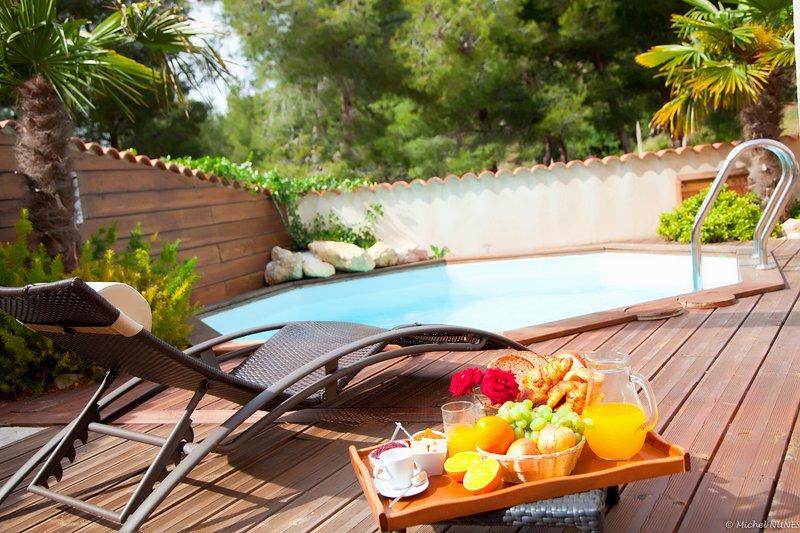 El área de la piscina - desayuno sereno en la orilla del agua