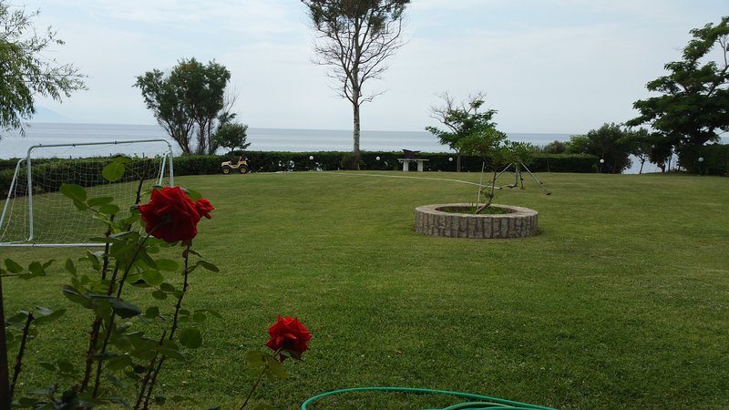 Villa SeaEsta is exactly next to beach with private beach and stuning view., holiday rental in Profitis ilias