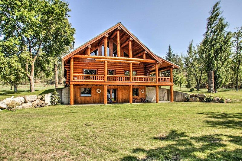 Situado en el río Spokane, esta casa de 4.000 pies cuadrados cuenta con 3 dormitorios y 2 baños.