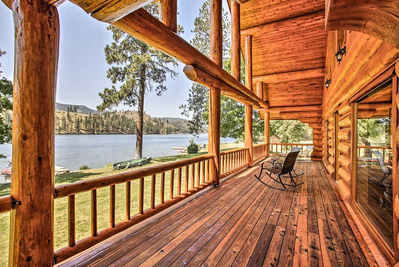 Waterfront Home on Spokane River w/ 3 Docks & View, location de vacances à Tumtum