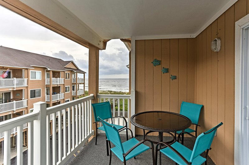 Relájese en este condominio de vacaciones de 2 dormitorios y 2 baños en Carolina Beach.