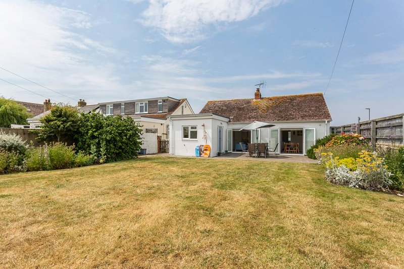 Lovely cottage just metres from the beach, holiday rental in Bracklesham Bay