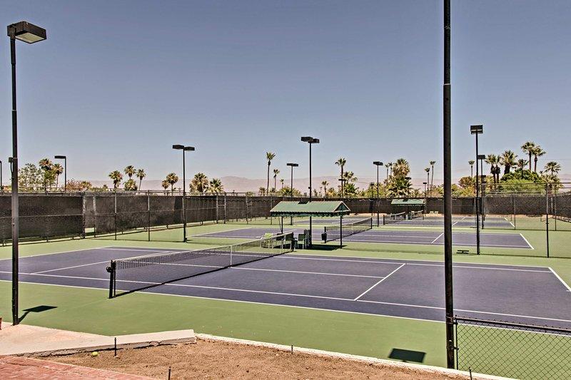 Montrez vos compétences sur le court de tennis.