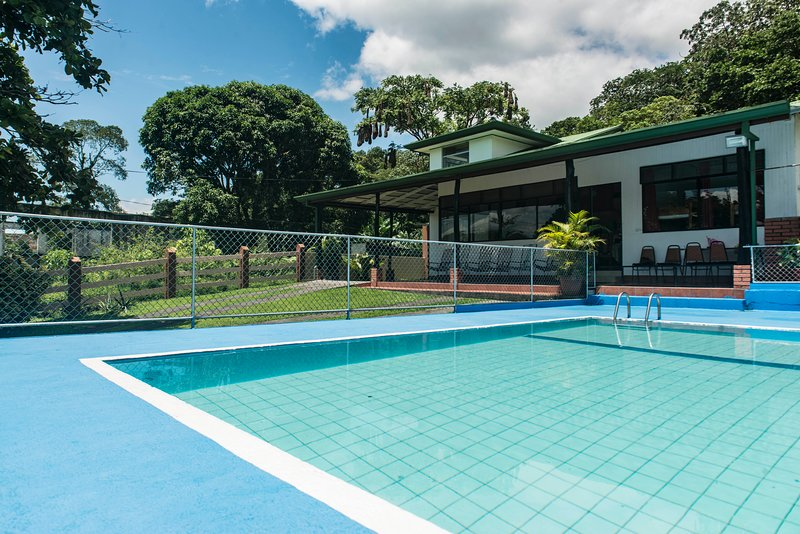 Henri`s House beautiful Town house with swimming pool infront of Lake Arenal, aluguéis de temporada em Arenal Volcano National Park