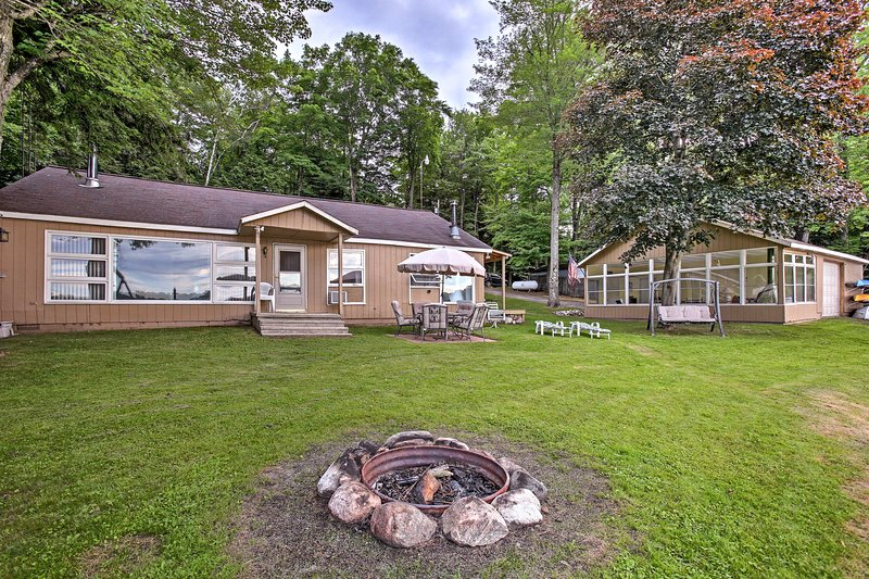 Waterfront Rose Lake Cabin w/Fire Pit, Dock, Boats, holiday rental in LeRoy