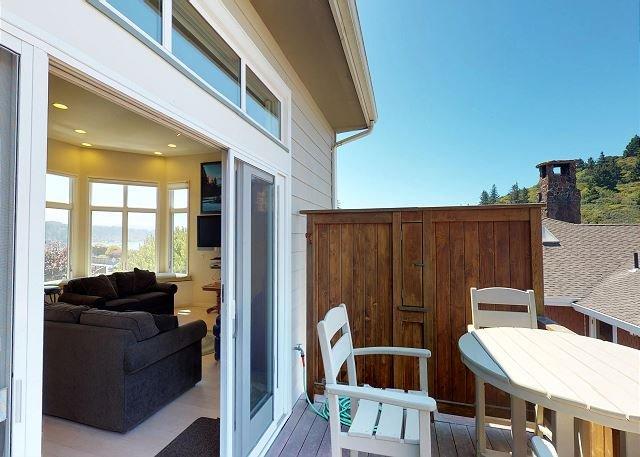 Cene en el balcón en las mesas de café y disfrute de las vistas al océano.