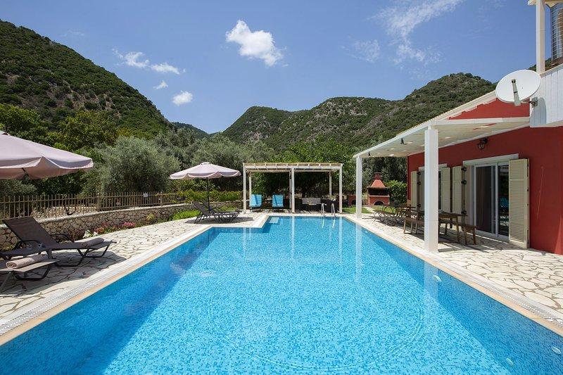 Secluded villa with spacious garden & pool-ideal for families, holiday rental in Ellomenos