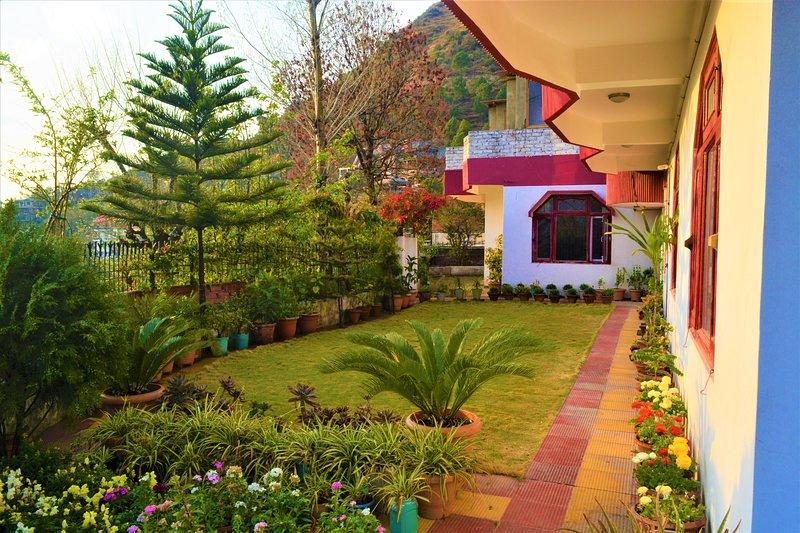 Bezaaid met vele soorten flora, biedt een wandeling door de tuin interessante bezienswaardigheden.