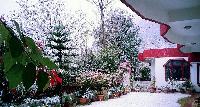 Een beetje hoger in hoogte dan de stad Solan, is de plaats gezegend met sneeuwvlokken in de winter