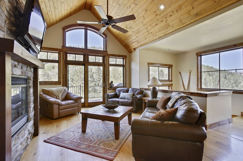 Área bonita sala de família com uma vista incrível do Winter Park Resort