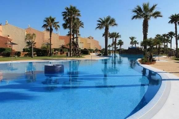 Spacious apt with pool access, holiday rental in Bolonia