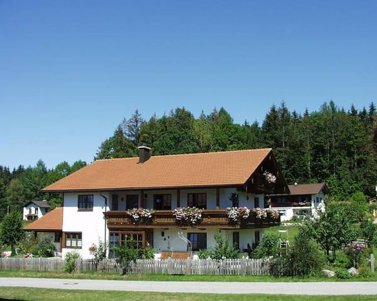 Studio - Appartment für 2 Personen mit Balkon und Küche, holiday rental in Bayerisch Gmain