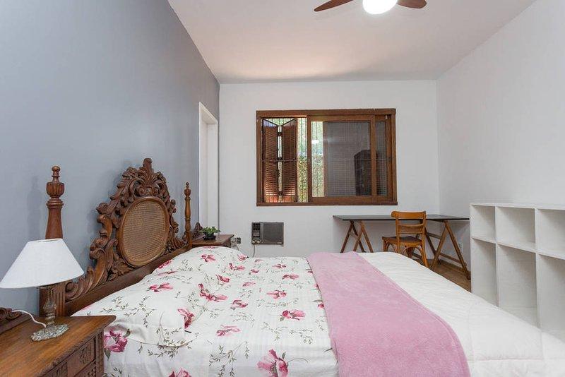 Suite acogedora con cama de matrimonio y bicama. Foto: Salomón