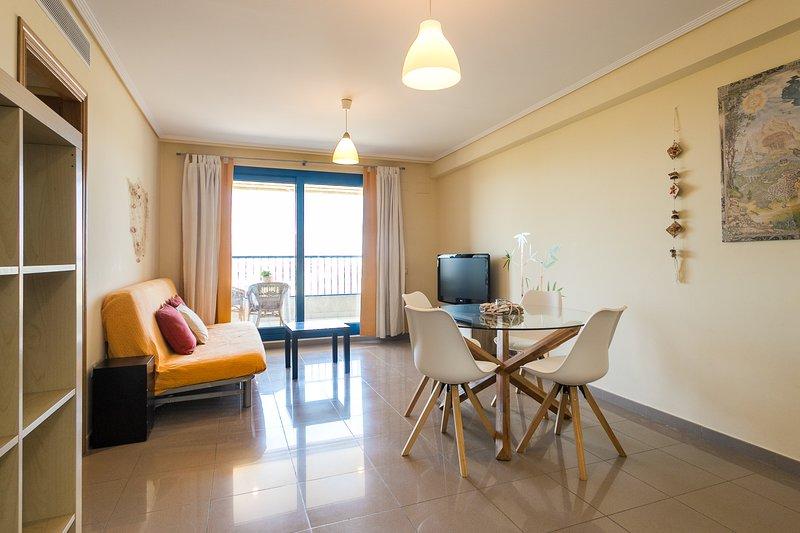 Confortable zona de estar y comedor con acceso a terraza. Comfortable living and dining area with ac