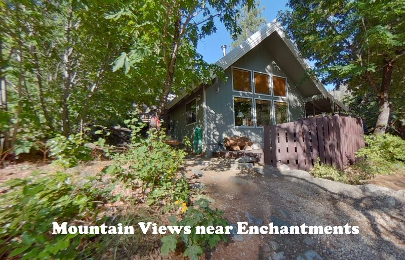 Icicle Chalet: Private Mountain View Cabin with Hot Tub, Fire, BBQ, vacation rental in Leavenworth