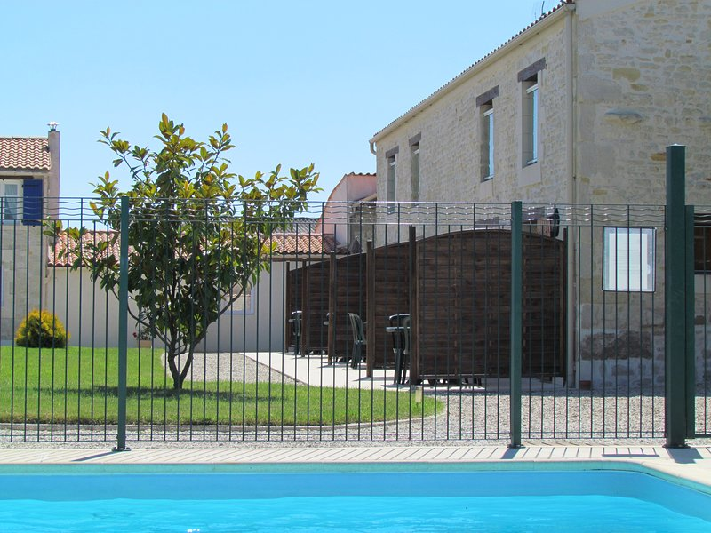 appartement piscine la rochelle 4, holiday rental in Puilboreau