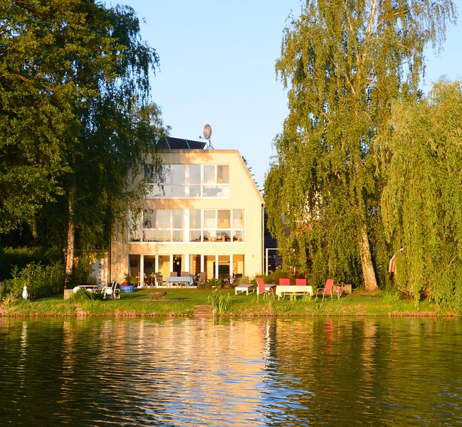 The lakeside view of the house Drei am Zemminsee and the outdoor area.