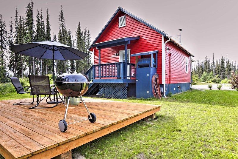 Disfrute de las claras tardes de Alaska asando en el patio.
