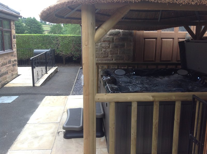 THE HAVEN - sleeps 4 - From £615 - £815 per week with deluxe hot tub, vacation rental in Rowsley