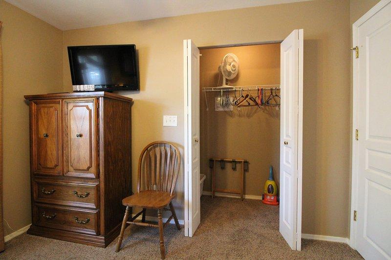Dormitorio de invitados walk in closet y HD TV por cable.