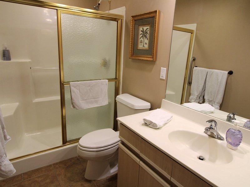 Ducha de baño de invitados. Jack y Jill puertas. Una puerta al pasillo y otra al dormitorio.
